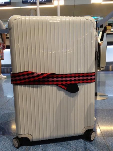 空港内でチェックイン待ち白リモワ2